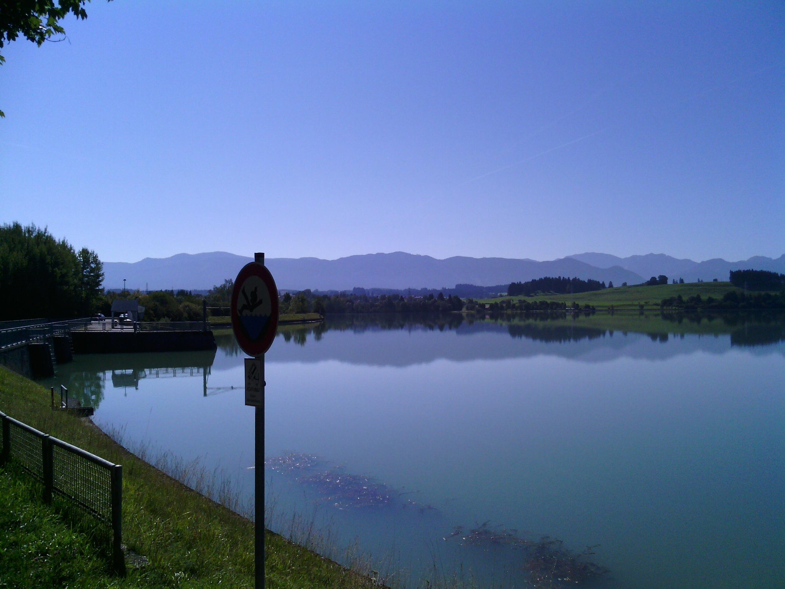 Hochwasserschutzanlage am Lech mit Alpenpanorama