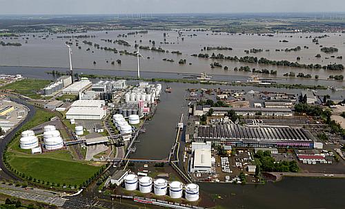 Gewerbeflächen wie diese am Magdeburger Hafen sind wirkungsvoll vor Schäden durch Hochwasser zu schützen (Foto: Oliver Schlicht/Volksstimme).
