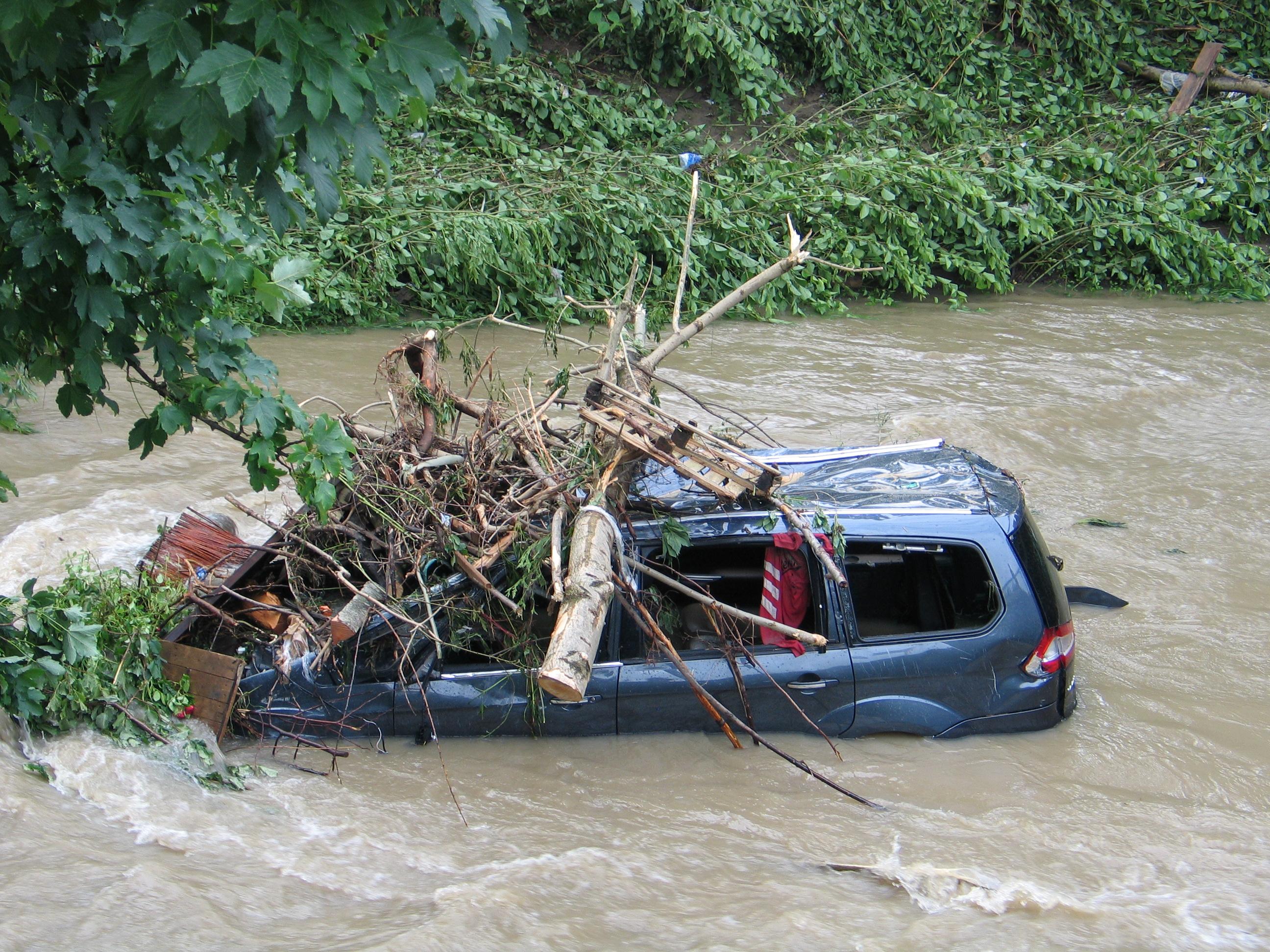 Auto nach Sturzflut
